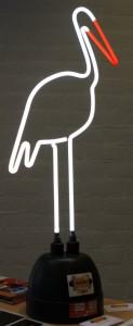 Een al 21 jaar oude ooievaar van neon, gemaakt door Suspensie Neon Van de Ven. Een sierlijk object dat de kracht van neon toont.