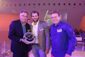 Chris Klok van sponsor PaperlinX Visual Technolgy Solutions reikt de Award uit in de categorie Indoor Signage aan Dr Sticker voor het project Signing E-Sites Breda.