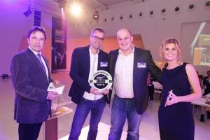 Minne Hovenga, uitgever bij sponsor Eisma Businessmedia, reikt de award uit in de categorie Architectural Signage aan TS Visuals voor het project Markthal Rotterdam.
