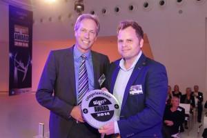 Namens sponsor 3M Nederland reikt Chris van Maris in de categorie Voertuigreclame de award uit aan Marcel Vermeulen voor de Alphabet Art Car 2013.