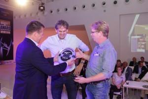 Branko Lubking van sponsor HP Nederland overhandigt de award in de categorie Tentoonstellingsbouw uit aan City Outdoor Media voor het project RUG 400.