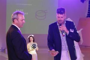 Als lid van de 'Zünd-familie' maakt Douwe de Haan van Haan Reclamewerk uit Stiens, namens sponsor Zünd Benelux, de naam bekend van de winnaar in  de categorie Outdoor Signage.