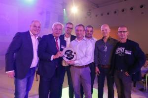 Thijs Sepers, van TS Visuals en omringd door zijn team, ontvangt uit handen van Kwee de award voor 'Markthal Rotterdam', de overall winnaar van de Sign+ Award 2014.