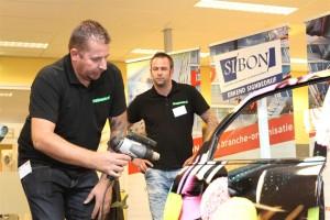 Patrick Snippers (links) en Peter van Tuijl over juist stabiliseren van folie.