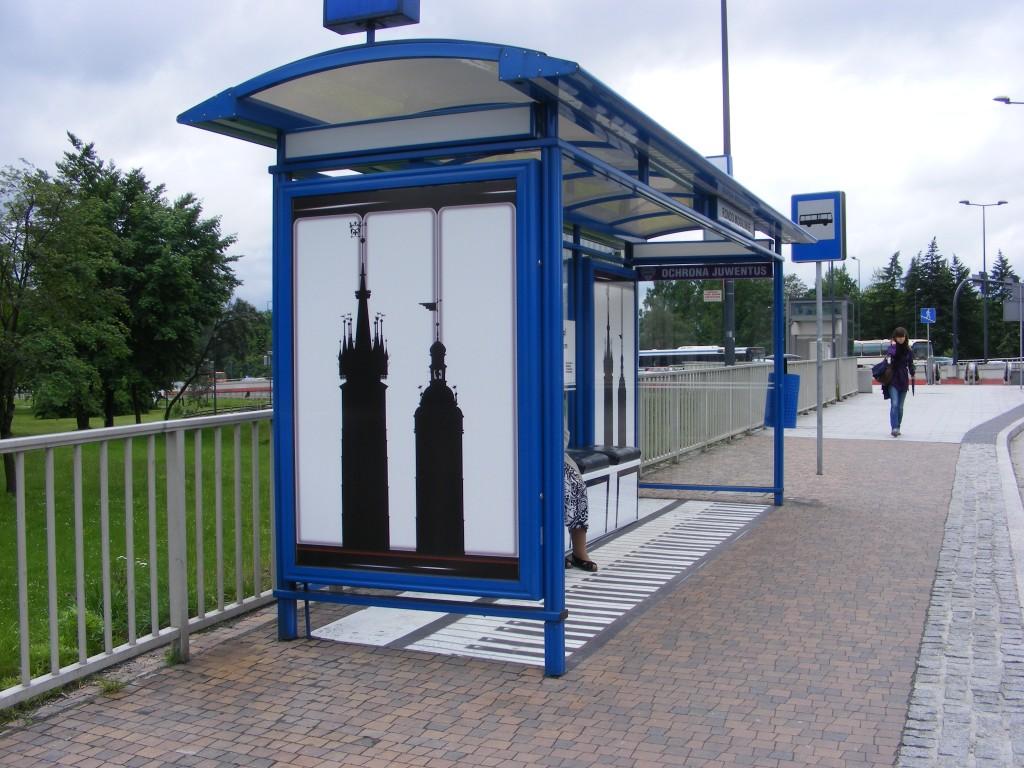 Op deze foto een mooi voorbeeld van Zelazowa Wola, Polen, de geboortestad componist Frederic Chopin. Ter ere van zijn tweehonderdste verjaardag zijn de busstations daar voorzien van een muzikale noot.
