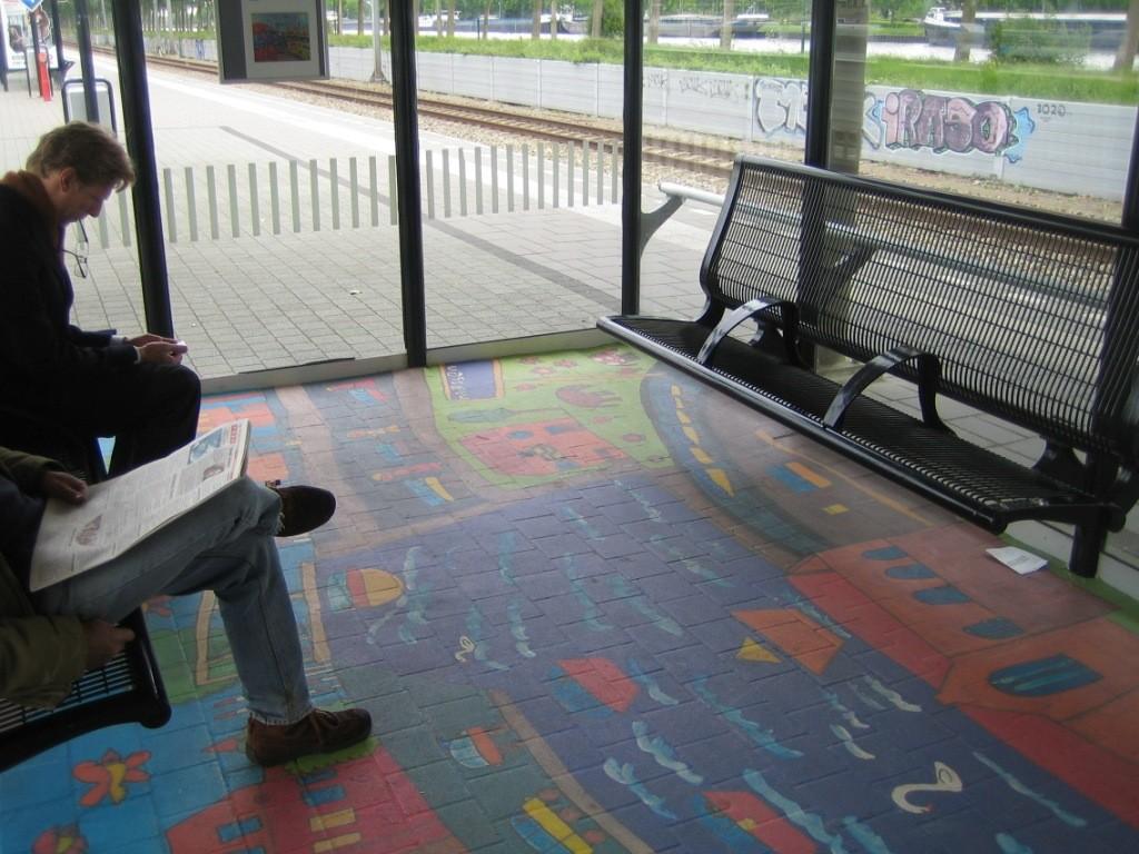 Een treinstation in Nederland. Eerder kunst dan advertentie, waarbij het vooral gaat om een andere sfeerbeleving.