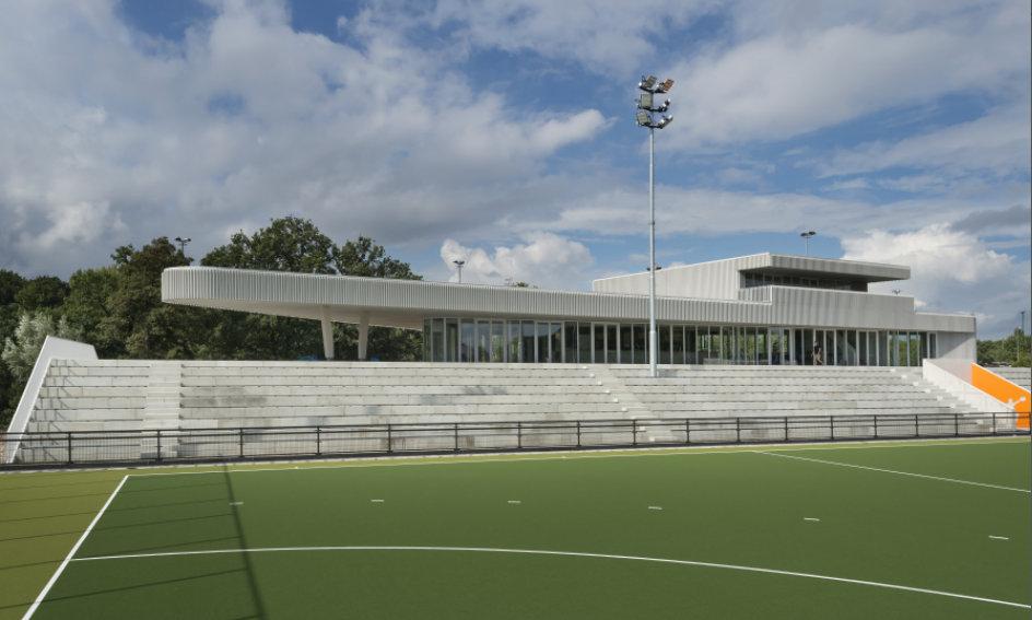 De Vakdag Lichtreclame start in het onderkomen van Hockey Club Oranje Rood in Eindhoven, een gebouw met bijzondere architectuur.
